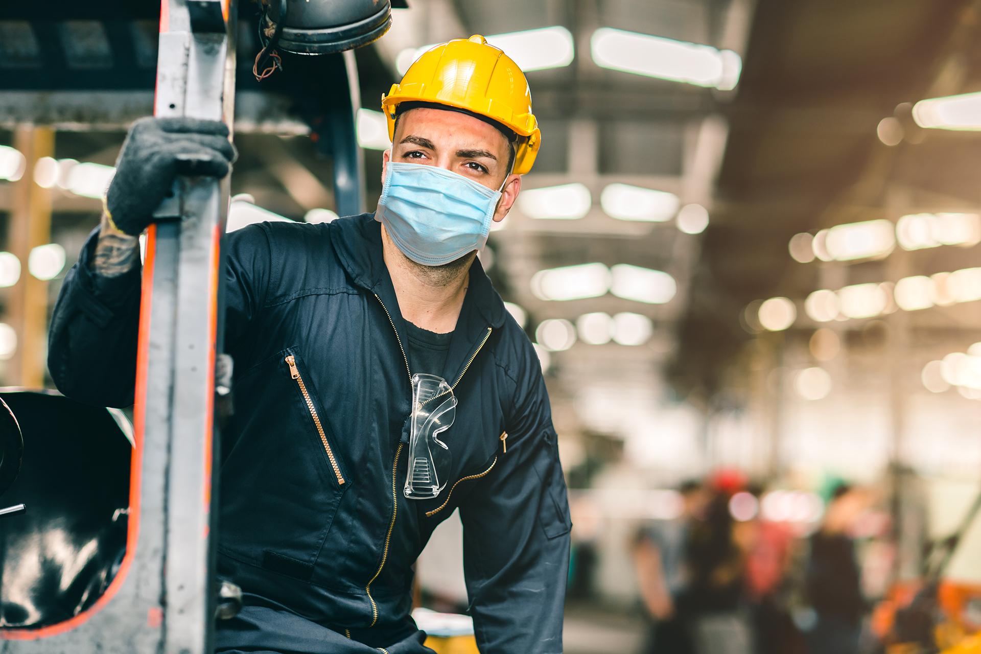 employee_with_mask-1